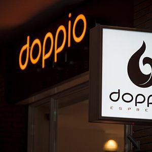 Doppio_Espresso_Nijmegen_lichtreclame_doosletters_lichtbak