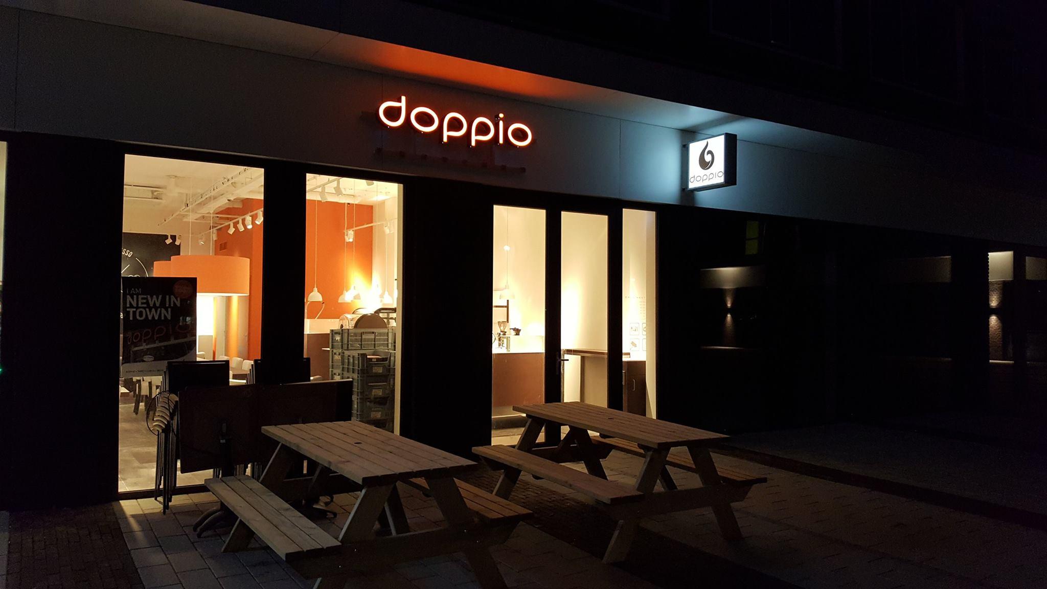 Doppio_Espresso_Wageningen_campus_lichtreclame_doosletters_led_lichtbak_verlicht_avond